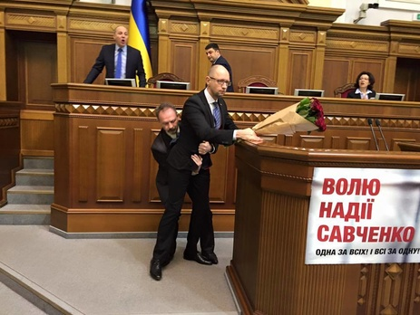 Красные розы, «объятия ниже пояса» идрака вВР— Годовщина руководства Яценюка