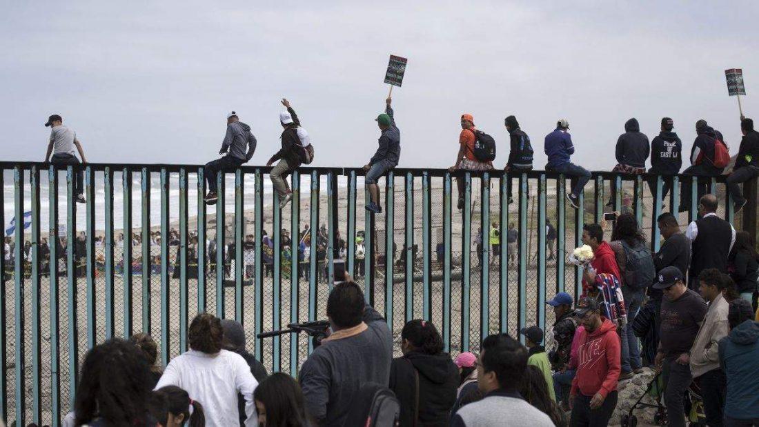 «Караван мигрантов» достиг американской границы— Взять штурмом США