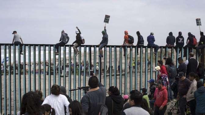 Караван мигрантов достиг американской границы