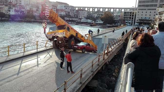 В Греции мост обрушился под тяжелым автокраном