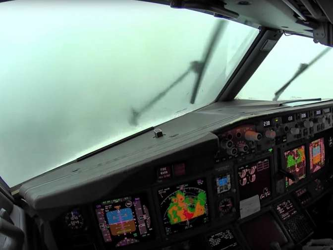 Пилоты посадили самолет вусловиях сильной турбулентности. Опасный момент попал навидео