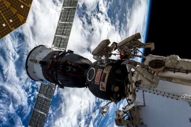 Русские космонавты поделились соследствием информацией оповреждении обшивки «Союза»