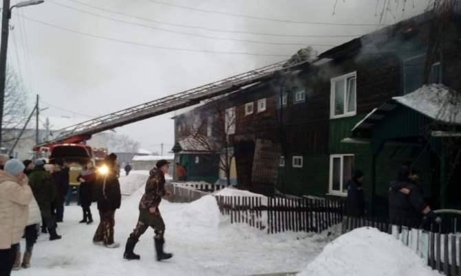 Пожарные спасли двоих человек изгорящего дома вАлапаевске