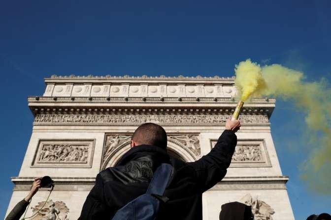 Встолице франции милиция использовала слезоточивый газ против «жёлтых жилетов»