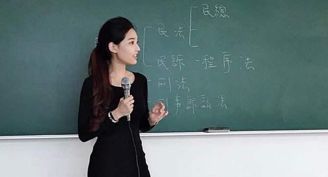 Сеть восторгается «самой красивой учительницей»— она преподает наТайване