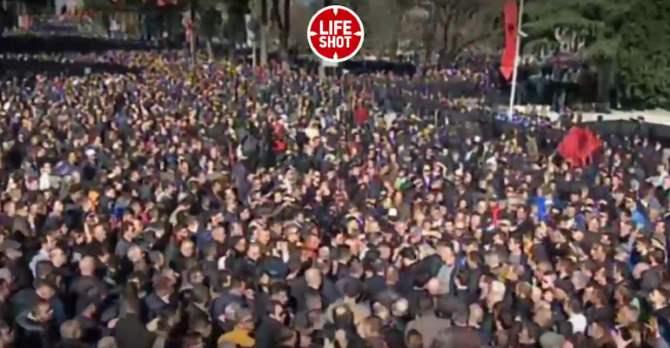 Протестующие вАлбании атакуют строение руководства