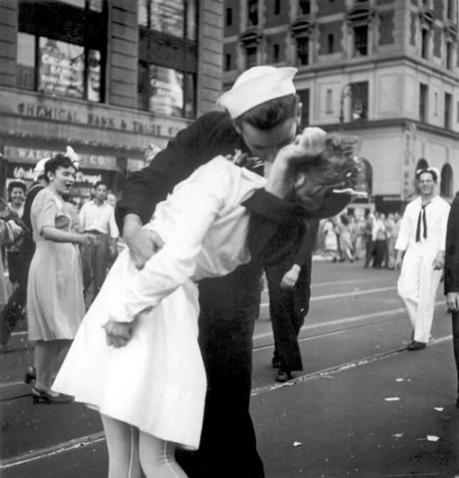 Скончался моряк слегендарной фотографии «Поцелуй наТаймс-сквер»