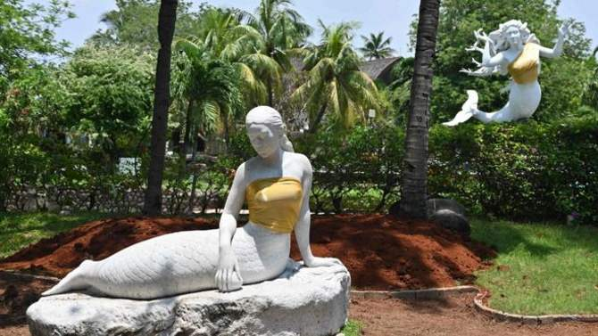 Статуям русалок прикрыли грудь золотыми топами в Индонезии