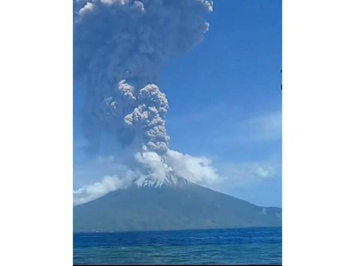 Люди бегут в панике во время извержения вулкана Левотоло в Индонезии — Видео