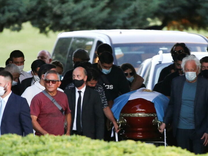 Похоронный работник уволен после того, как сделал селфи с Марадоной, лежащей в гробу